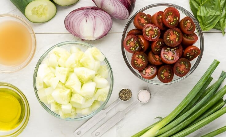 Recept na skvělý a letní okurkový salát s rajčaty a cibulí