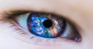 Co se stane vaším očím když nosíte kontaktní čočky každý den