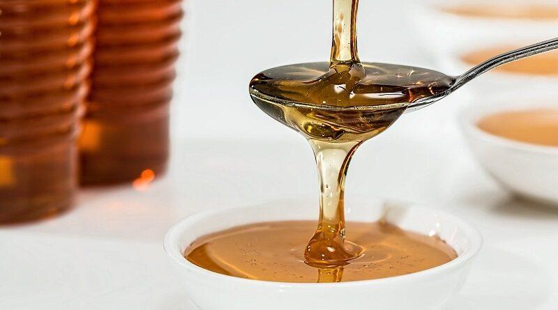 Med na hubnutí - výhody a nevýhody tohoto přírodního sladidla