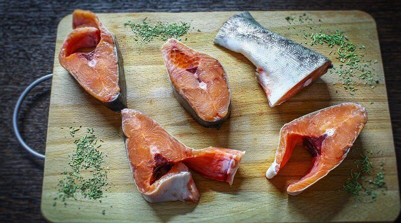 Několik zdravotních výhod lososa a jeho přínosy pro zdraví